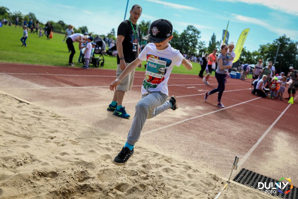 Skok w dal w ramach zawodów sportowych dla dzieci w Szczecinie